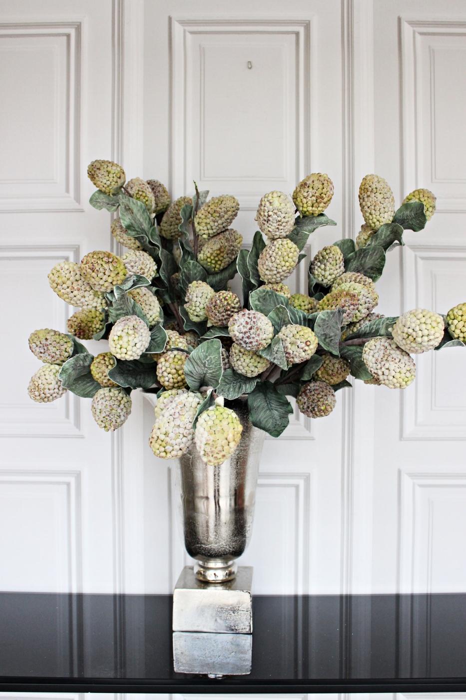 Kunstblume mit Blütenbällen und Blättern,