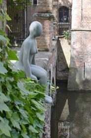 Dekofigur, Sitzende Frau, grau